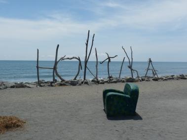 Un fauteuil perdu devant la mer - Hotikita