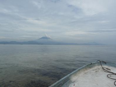 La pirogue et le volcan